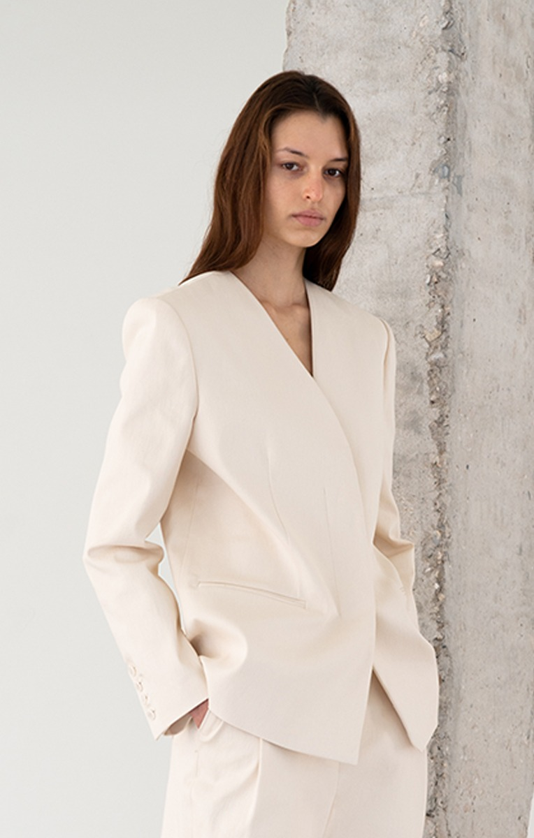 THE COLLARLESS JACKET (CREAM)
